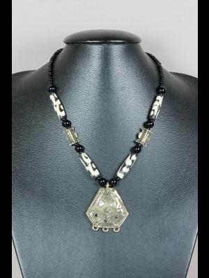 Collier perles en os, laiton et verre, pendentif en laiton