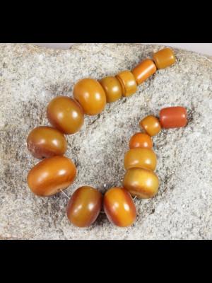11 perles d'ambre africain (résine phénolique)