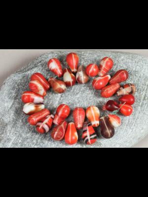 28 perles anciennes « gouttes d'eau » en pâte de verre de Bohême
