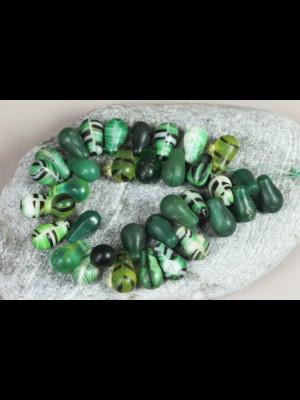 35 perles anciennes « gouttes d'eau » en pâte de verre de Bohême