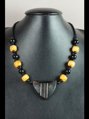 Collier pendentif en bois, perles en pâte de verre et imitation ambre