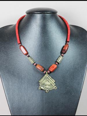 Collier perles en koffi, cornaline et laiton, pendentif en laiton