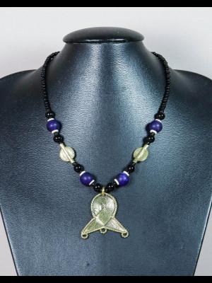 Collier perles en verre, laiton et pendentif en laiton