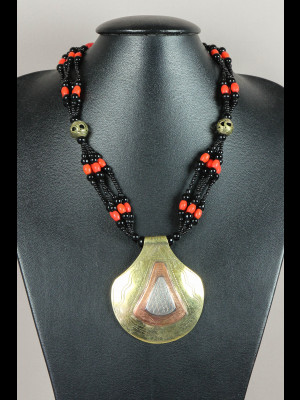 Collier perles en pâte de verre, laiton et pendentif en laiton, cuivre et métal argenté