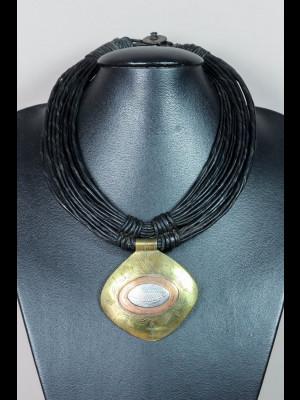 Collier fils de cuir et pendentif en laiton, cuivre et métal argenté
