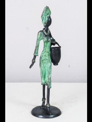 Femme portant un seau
