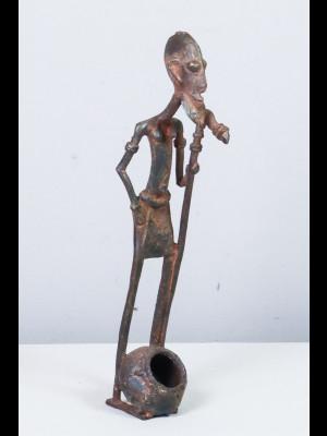 Vieux Dogon avec un canari (jarre) à ses pieds (Mali)