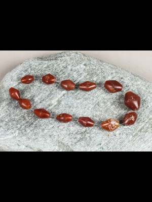 13 perles très anciennes en cornaline