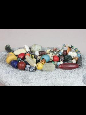 85 perles anciennes de fouille ou de troc