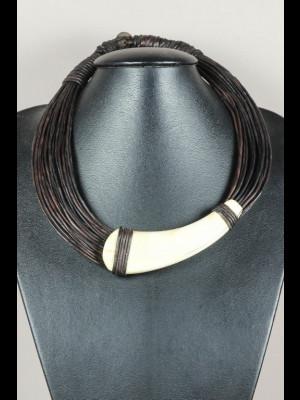 Collier fils de cuir et défense de phacochère