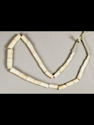 29 perles anciennes en corail blanc
