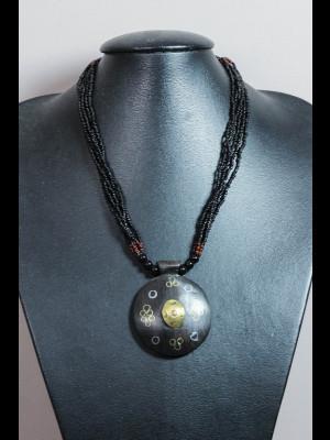 Collier perles en verre et pendentif bois, laiton et cuivre