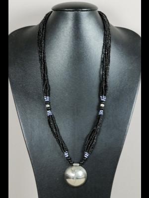 Collier perles en pâte de verre et pendentif en métal argenté