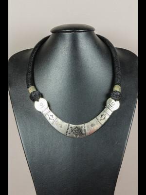 Collier cuir tressé et plaque en métal argenté
