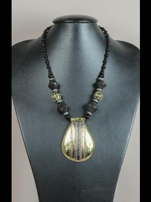 Collier perles bois, laiton et pâte de verre, médaillon en laiton et cuivre