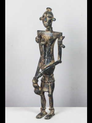 Femme tenant une calebasse (Mali)