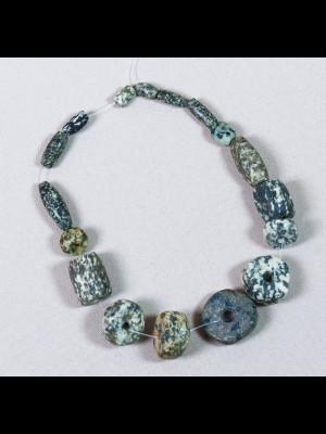 17 perles de fouille en gneiss