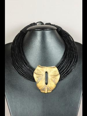 Collier fils de cuir et médaillon en carapace de tortue