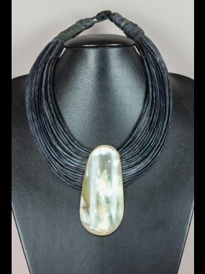 Collier fils de cuir et médaillon en corne
