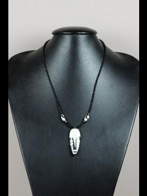 Collier avec pendentif en os