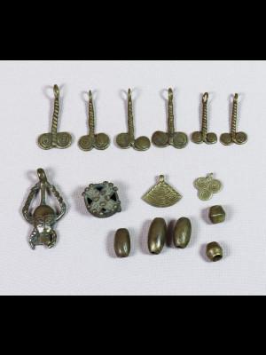 Pendentifs et perles en laiton