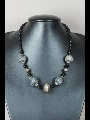 Collier perles en pâte de verre, métal argenté et terre cuite