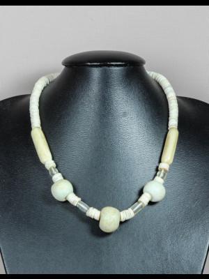 """Collier avec 3 perles """"doudou"""" anciennes en verre, 2 perles en corne, 4 perles translucides en verre et des perles rondelles de coquillage"""