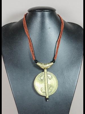 Collier perles en verre et pendentif laiton